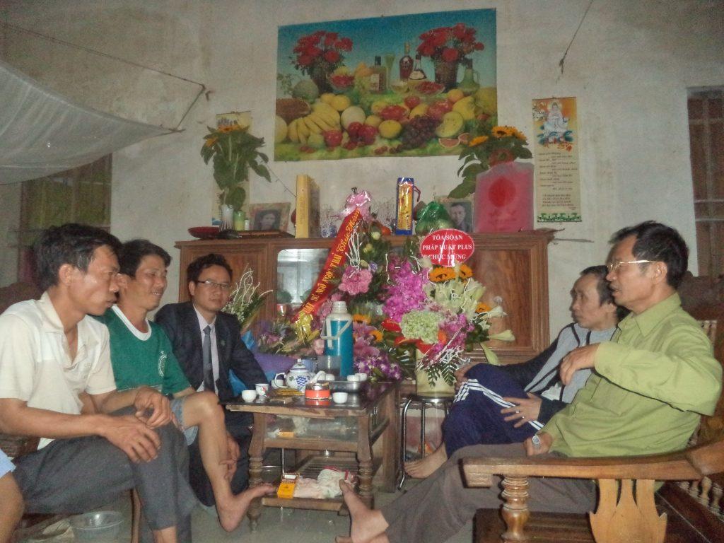 Luật sư Ngô Ngọc Trai trong một lần về thăm gia đình ông Hàn Đức Long sau khi đã được tự do.
