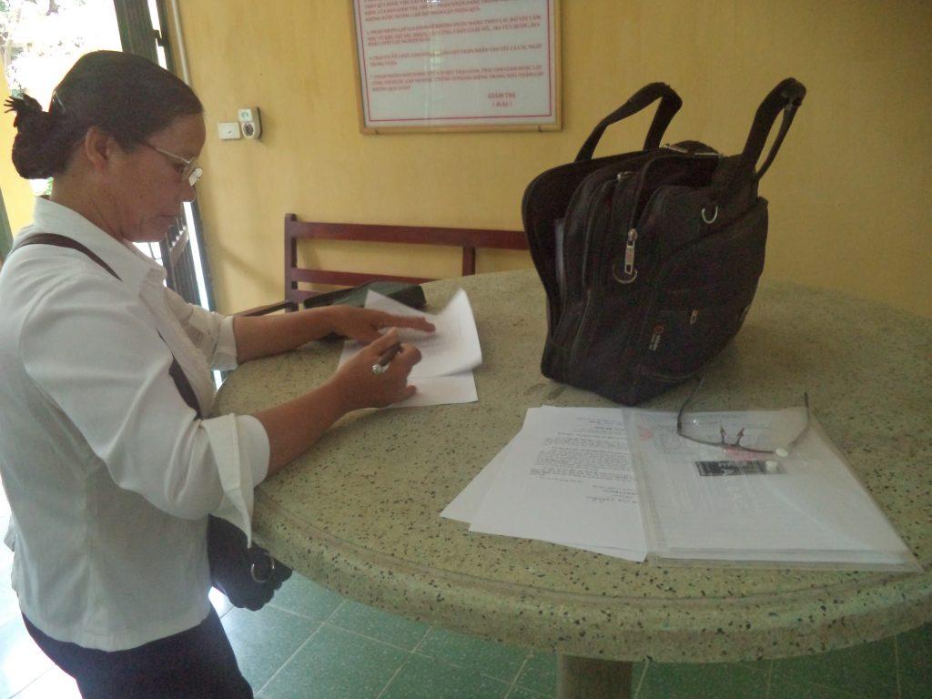 Bà Nguyễn Thị Mai trong một lần vào tiếp tế cho ông Hàn Đức Long tại trại giam T16 của Bộ công an