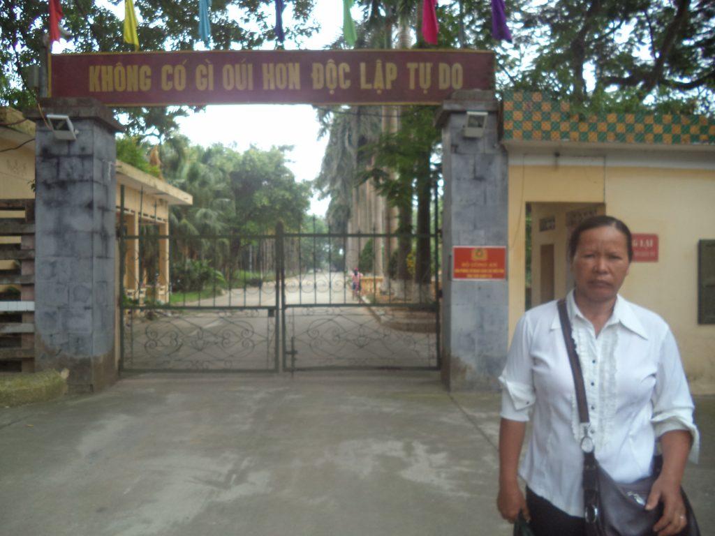 Bà Nguyễn Thị Mai đứng trước cổng trại giam T16 của Bộ công an nơi giam giữ ông Hàn Đức Long