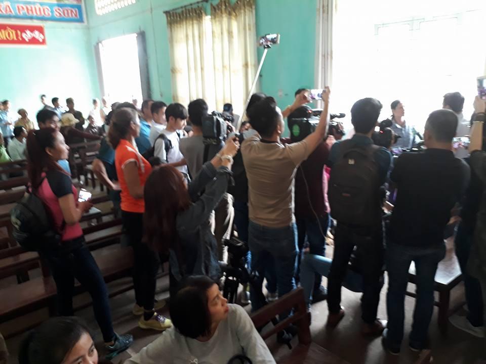 Buổi xin lỗi công khai ông Hàn Đức Long ở UBND xã Phúc Sơn có đông đảo phóng viên báo chí và người dân tham dự.