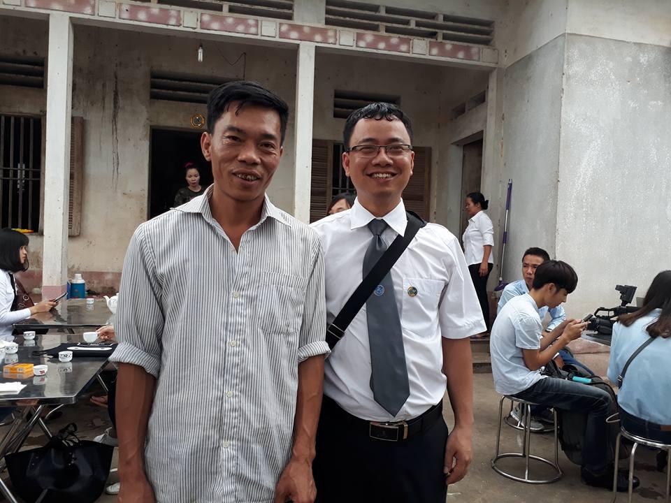 Luật sư Ngô Ngọc Trai và người thân ông Long chuẩn bị tham dự buổi xin lỗi công khai.