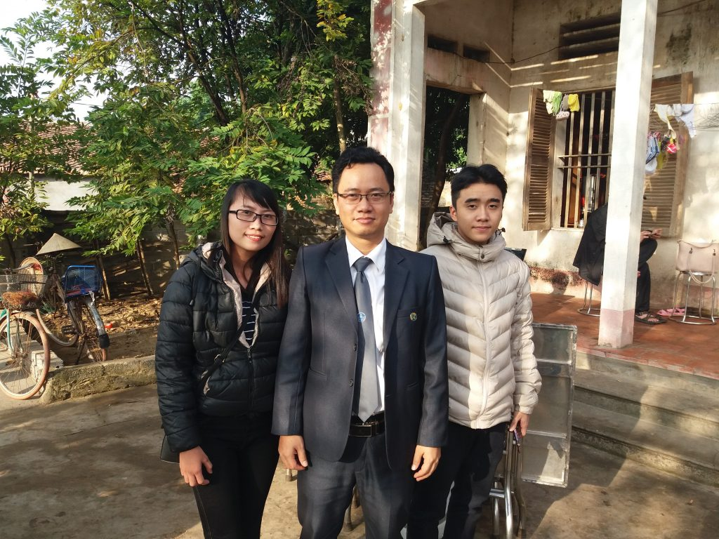Luật sư Ngô Ngọc Trai và đồng sự trong chuyến về thăm chúc mừng ông Long được trả tự do.
