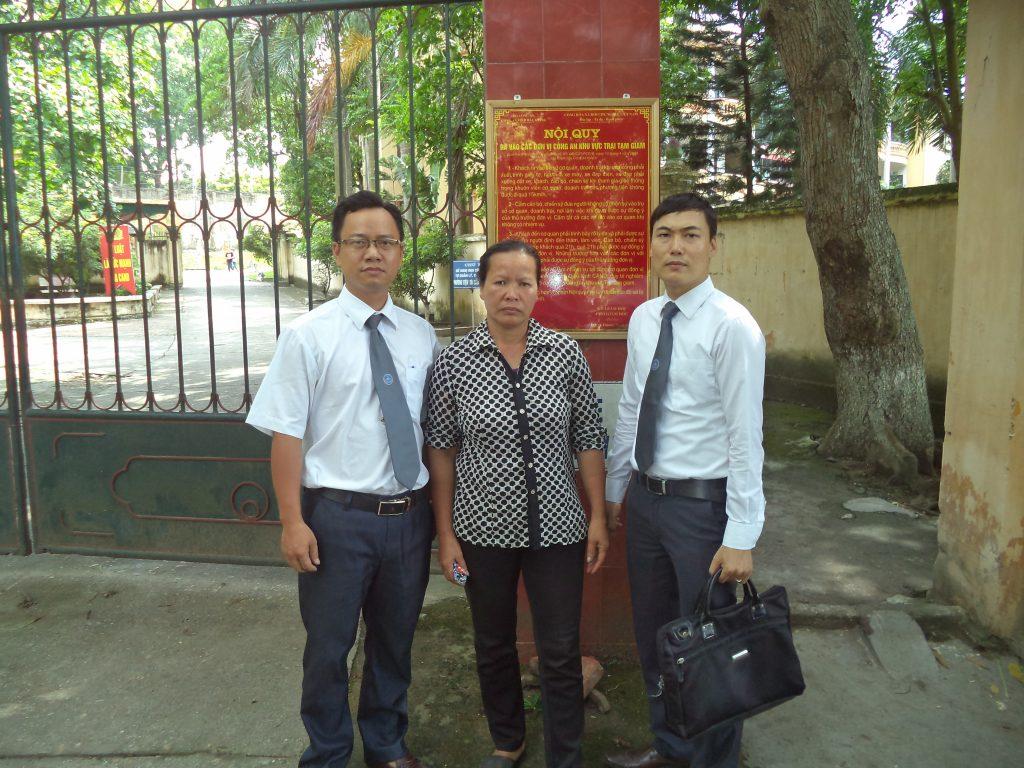 Bà Mai và luật sư tại trại giam Kế của tỉnh Bắc Giang.