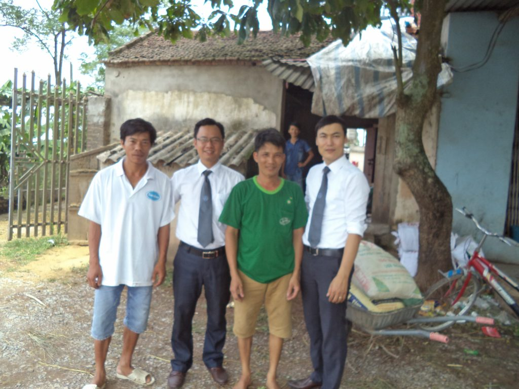 Luật sư Ngô Ngọc Trai tại quán xay xát thóc nơi hiện trường vụ án.