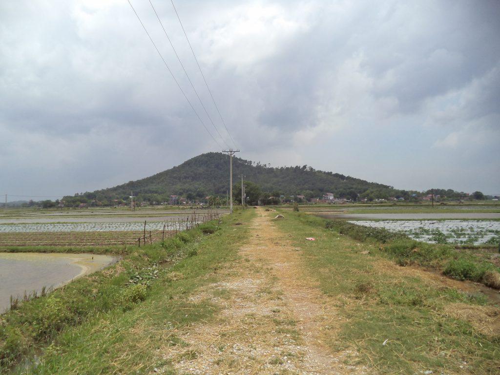 Đường vào thôn Yên Lý, xã Phúc Sơn nằm dưới chân núi Đót, nơi xảy ra vụ án Hàn Đức Long.