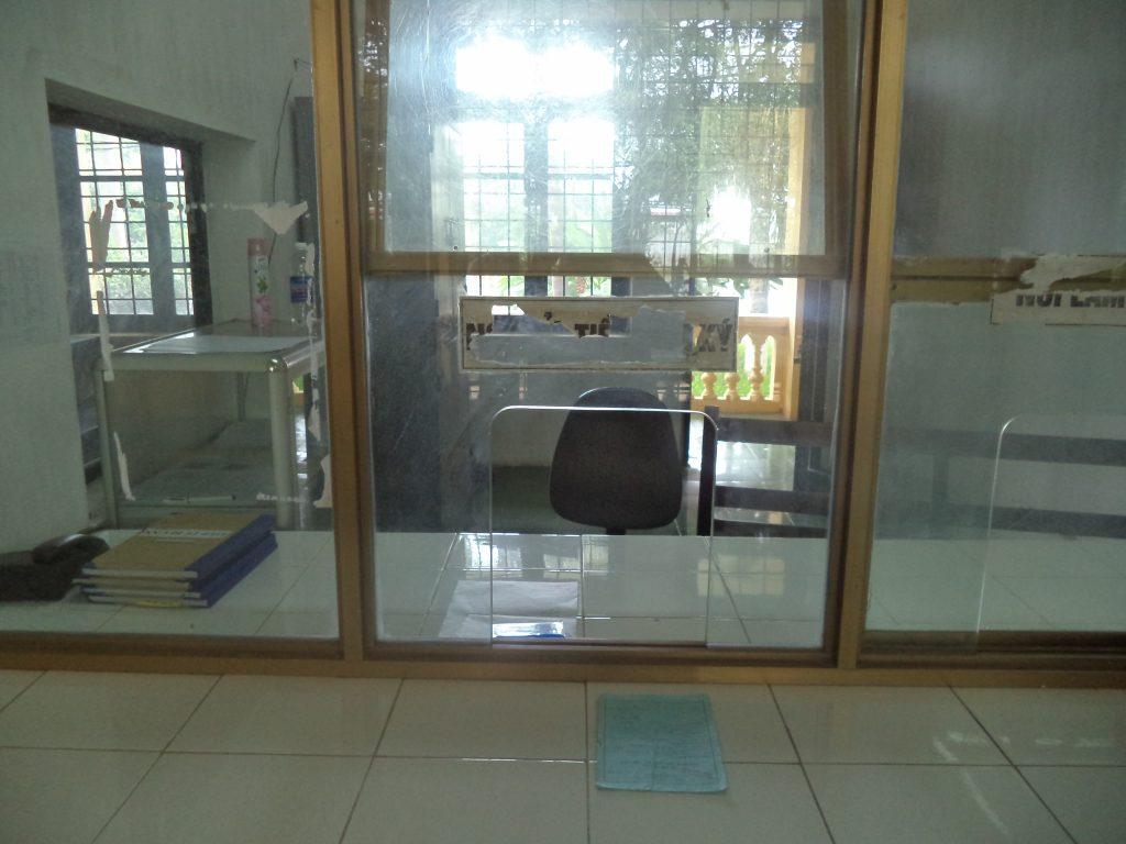 Khung cửa làm thủ tục tiếp tế tại trại T16 của BCA nơi hai lần luật sư đưa bà Mai đến tiếp tế cho chồng.