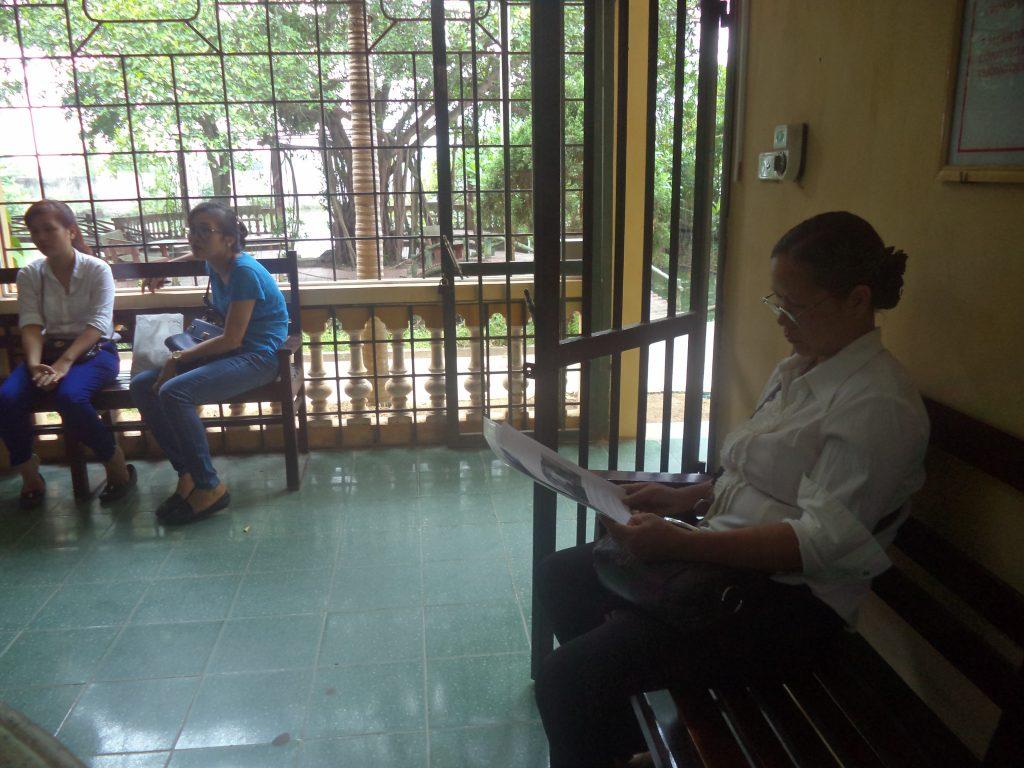Bà Mai hai lần xuống Hà Nội được luật sư đưa vào tiếp tế cho ông Hàn Đức Long ở Trại tạm giam T16 của Bộ công an ở Thanh Oai, Hà Nội.