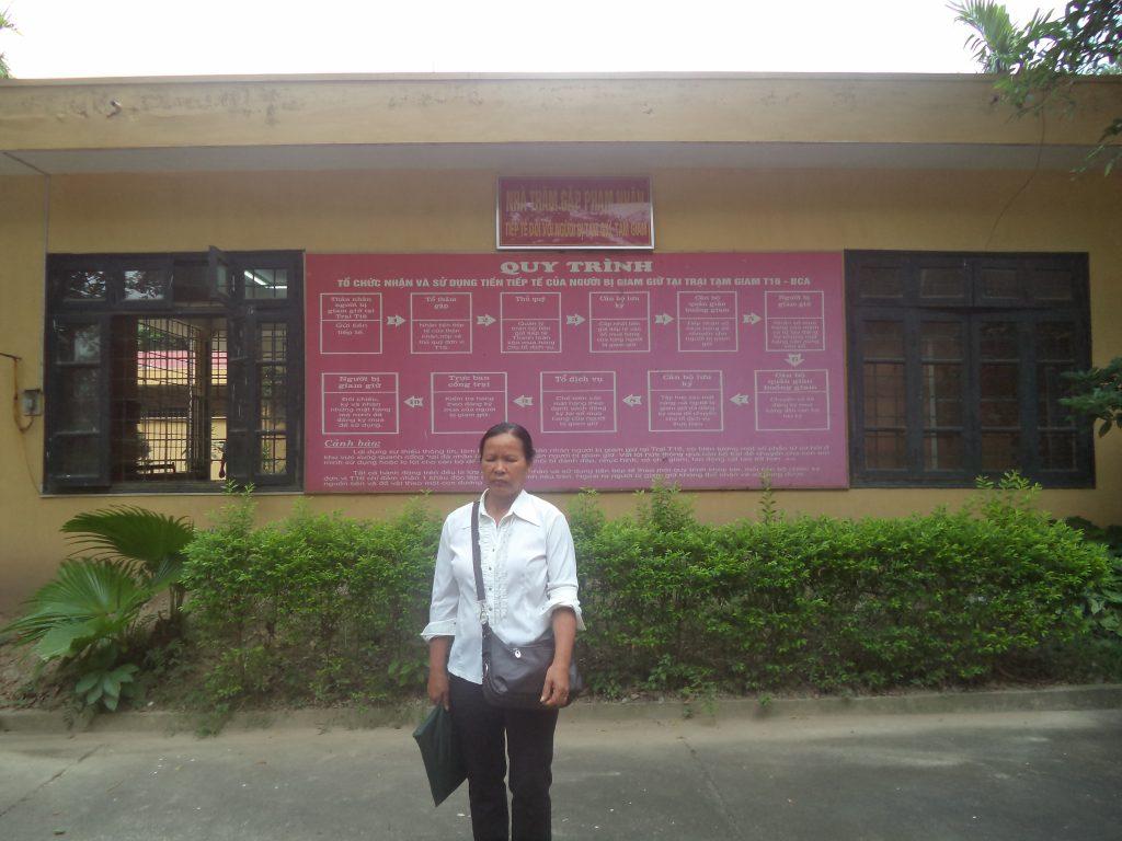 Bà Mai trong một lần đi tiếp tế cho chồng tại Trại T16 của BCA ở Thanh Oai, Hà Nội.