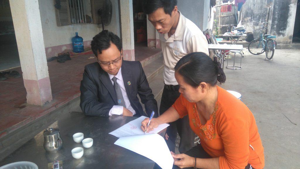 Luật sư Ngô Ngọc Trai hướng dẫn gia đình ông Long đòi quyền lợi.