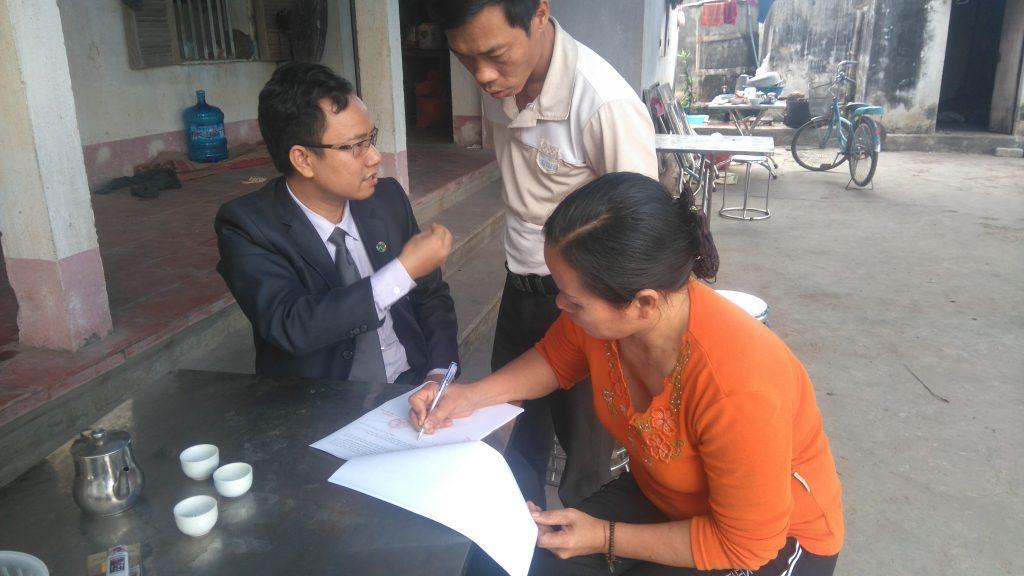 Luật sư Ngô Ngọc Trai hướng dẫn cho gia đình ông Long đòi quyền lợi.
