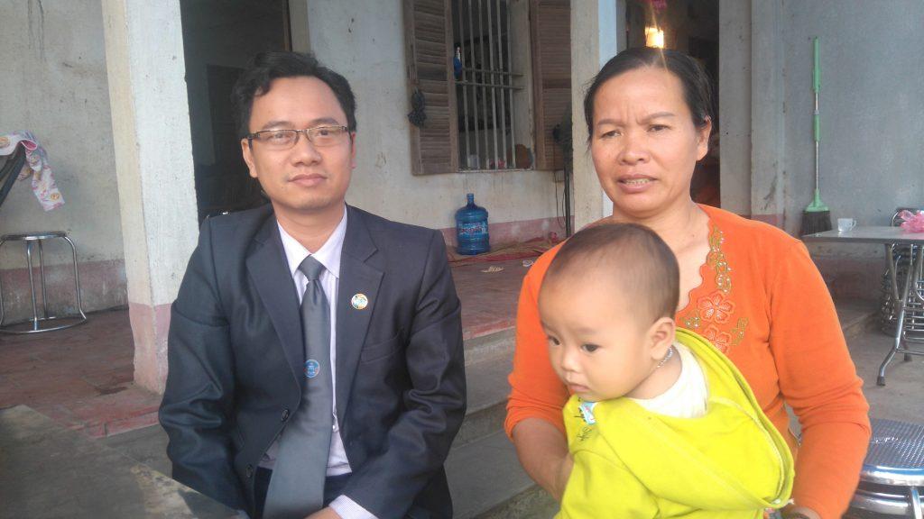 Luật sư Ngô Ngọc Trai về thăm gia đình ông Long sau khi được trả tự do.