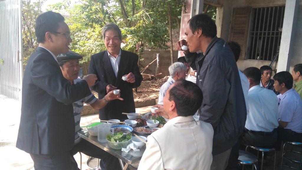 Luật sư uống rượu với người thân ông Hàn Đức Long, chúc mừng ông được trả tự do.