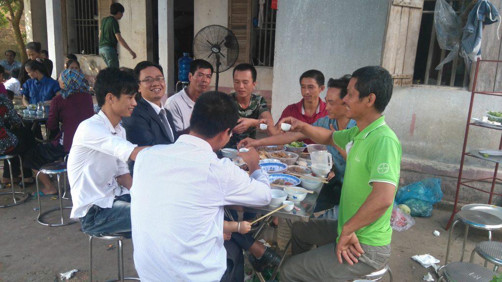 Luật sư uống rượu với người thân ông Hàn Đức Long chúc mừng ông được trả tự do.
