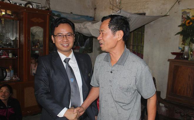 Người thân ông Long bắt tay chào luật sư về thăm chúc mừng ông Hàn Đức Long được trả tự do hôm 21/12/2016.